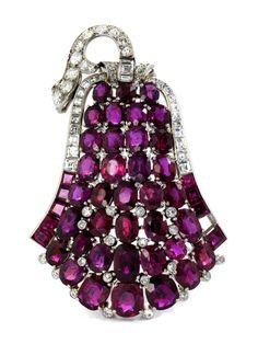 Länge: ca. 5,8 cm. Breite: ca. 4 cm. Gewicht: ca. 26,5 g. Platin. Um 1940. Prächtige hochwertige Brosche in Glockenform mit feinen oval facettierten Rubinen...