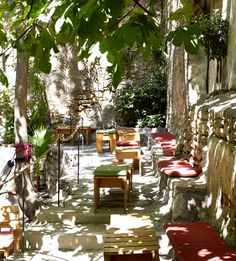 Οι ωραιότερες καλοκαιρινές αυλές της Αθήνας :: ΕΚΤΟΣ ΣΥΝΟΡΩΝ - ΝΟΤΙΑ ΠΡΟΑΣΤΙΑ - nou-pou.gr