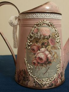 Primeiro limpe e arrume a sua casa para depois vir bisbilhotar a minha. Painted Milk Cans, Painted Mason Jars, Altered Tins, Altered Bottles, Decoupage Art, Decoupage Vintage, Wine Bottle Crafts, Bottle Art, Vintage Shabby Chic