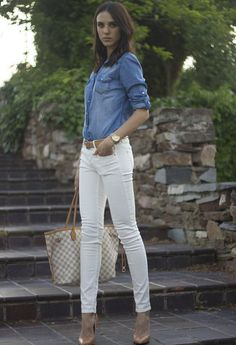 20 Stylish Outfit Ideas with Denim Shirt The denim shirt is a classic, versatile wardrobe staple that can look gorgeous in combination with so many fashion pieces. It is great in casual Look Fashion, Fashion Outfits, Fashion Trends, Fashion Bloggers, Fashion Beauty, Fashion Design, Look Camisa Jeans, White Pants Outfit, Denim Shirt Style