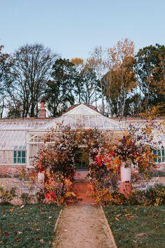 Autumn wedding inspiration at a gorgeous greenhouse. Photo: @chelseawhitephotog Fall Wedding Colors, Autumn Wedding, Greenhouse Wedding, Garden Wedding, Modern Greenhouses, Wedding Venues, Wedding Inspiration, House Styles, Pink
