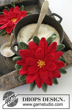 "FREE PATTERN ~ DROPS Christmas: Crochet DROPS pot holder in ""Paris"" with decorative flower in ""Cotton Viscose"". ~ DROPS Design"