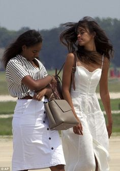 In photos showing the first family boarding the Air Force One in Maryland, Malia keeps it simple with a flattering white sundress Barack Obama Family, Malia Obama, Michelle Obama Fashion, Michelle And Barack Obama, Joe Biden, My Black Is Beautiful, Beautiful People, Beautiful Family, Durham