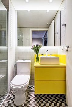 What image comes to mind when you think of your first couples apartment? A young couples apartment is usually small, but the Bad Inspiration, Bathroom Inspiration, Bathroom Ideas, Ideas Baños, Couples Apartment, Unique Floor Plans, Yellow Bathrooms, Modern Bathrooms, Small Bathrooms