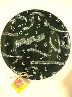 """Prato de vidro transparente, com decoupage de tecido atrás no prato. Acompanha suporte metálico para pendurar na parede. Pode ser utilizado com ou sem o suporte metálico. Estampa Notas Musicais.  """" Perfeito para decorar a parede da sua casa e para servir quem você ama! """"  * Importante: PODE SER LAVADO, desde que não utilize água quente e nem deixe de molho. NÃO COLOCAR NA MÁQUINA DE LAVAR LOUÇA!  Medidas: Diâmetro: 26 cm R$ 35,00"""