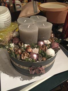 Christmas Advent Wreath, Xmas Wreaths, Christmas Night, Christmas Angels, Advent Wreaths, Candle Arrangements, Christmas Arrangements, Christmas Tablescapes, Christmas Table Decorations