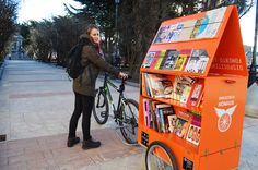 Natalia Matzner is riding her bike/mobile zine library across Chile and holding workshops as she goes. Little Free Libraries, Little Library, Dream Library, Library Cart, Library Books, Mobile Library, Lending Library, Book Cafe, Showroom Design