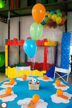Na época do aniversário de Brasília acontece na cidade um festival de balões. O céu fica repleto de de cores e alegria. E este foi o tema que inspirou esta mamãe a comemorar o primeiro aninho de vida do seu filho. Uma festa fotografada pela Quitandoca Fotografia, que assim a descreveu: cheia de detalhes,…
