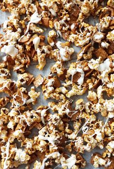 This cinnamon toast popcorn is the perfect and easy sweet and salty snack with popcorn, cinnamon, cereal, and white chocolate. Cinnamon Pie, Cinnamon Desserts, Cinnamon Rolls, Cinnamon Cereal, Popcorn Recipes, Snack Recipes, Salty Snacks, Diy Snacks, Savory Scones