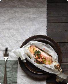 Filetto di salmone al cartoccio con lime e coriandolo   Ingredienti: per 2 persone      3 tranci di salmone     1 cipollotto     salsa di soia q.b.     pepe rosa q.b.     4 rametti di coriandolo     4 lime succosi      Il salmone ha molte proprietà benefiche, sia che venga consumato fresco, sia affumicato. Cucinare il salmone significa assicurarsi delle ottime proprietà nutrizionali, con un apporto di calorie, che si rivela non affatto dannoso, nemmeno quando