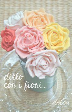 """Quando si inizia a """"pasticciare"""" con la pasta di zucchero, la rosa è il primo fiore che si impara a realizzare perché è un fiore stupendo, semplice e d'effetto. Spesso la coloriamo di rosso o di rosa, ma non sempre questi sono i colori più indicati. Per le rose ogni colore ha il suo significato,..."""