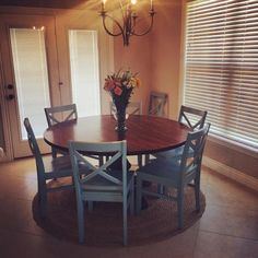 Not really for the family room but this would be nice for the breakfast area by patio doors James+James round pedestal table. Style At Home, Round Farmhouse Table, Table Haute, My New Room, Home Fashion, Home Projects, Home Kitchens, Kitchen Decor, Sweet Home