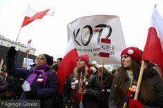 W obronie twojej wolności - pod tym hasłem w sobotę 23 stycznia KOD organizuje protesty w całym kraju. Chodzi przede wszystkim o ustawę inwigilacyjną przyjętą dzisiaj przez Sejm. - Tym razem idziemy na liczbę protestów. Czyli bardziej tysiąc osób w stu miejscach niż odwrotnie...  Cały tekst: http://wyborcza.pl/1,75478,19481117,protesty-kod-za-tydzien.html#ixzz3xPzrrV9x Demonstracja KOD w obronie wolnych mediów w Warszawie