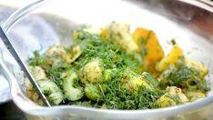 Fransk potatissallad med gulbeta | SVT recept Tareq Taylor, Sprouts, Broccoli, Vegetables, Food, Veggies, Vegetable Recipes, Brussels Sprouts, Meals