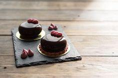 Современные десерты: муссовое пирожное «Хлоя» с чёрной зеркальной глазурью