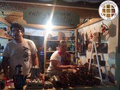 """¿Aún no han visitado a la Feria del """"Ponche, pan y café"""" 2018 en Comala? El próximo domingo 8 de abril se termina; así que aún pueden darse una vuelta y disfrutar café """"La FLOR de Suchitlán"""" en un auténtico jarrito de barro. Además, se lo podrán llevar de recuerdo y no contamina. ¡Nos encanta!"""
