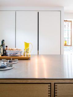 Model Kabinet i egetræ - Garde Hvalsøe ● Tanker og Træ Modern Kitchen Interiors, Wood Interiors, Home Decor Kitchen, Kitchen And Bath, Kitchen Furniture, Kitchen Design, Kitchen Ideas, Furniture Design, Modern Furniture