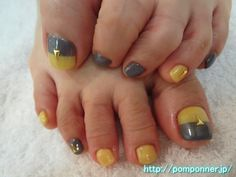 グレーとパールイエローで親指をツートンカラーにしたフットネイル Two-tone color is the fashionable foot nail. Gray, two-tone only thumb in pearl yellow, others I was color fill. I was decorated thumb, the ring finger in the triangle studs.
