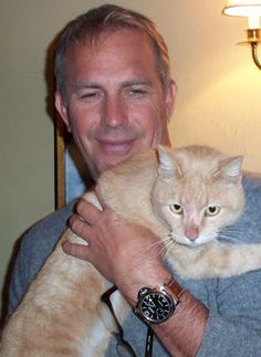 Cat Lovers-Actors, Actresses, Movie Celebrities Kevin Costner and cat, famous cat loversKevin Costner and cat, famous cat lovers Crazy Cat Lady, Crazy Cats, Crazy Dog, I Love Cats, Cool Cats, Celebrities With Cats, Beautiful Celebrities, Men With Cats, Animal Gato