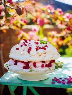 Dreamy Marshmallow Pavlova by British chef Jamie Oliver Dreamy Marshmallow Pavlova by British chef Jamie Oliver Fruit Recipes, Sweet Recipes, Baking Recipes, Dessert Recipes, Jamie's Recipes, Meringue Pavlova, Meringue Cake, Raspberry Pavlova, Just Desserts
