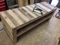 Manufacture of a bench in pallet to store shoes in the entrance – use a pneumatic nailer Source by homelisty Palette Design, Table Palette, Shoe Bench, Pallet Bench, How To Store Shoes, Basement Stairs, Wood Projects, Indoor, Ranger