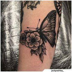Tatuaggio farfalla - Butterfly tattoo #tat #tats #tattoo #tattooed #ink #inked #butterfly #butterflytattoo #naturetattoo #animaltattoo #fly #tattooideas Butterfly With Flowers Tattoo, Flower Tattoos, Butterfly Family, Flying Tattoo, Butterflies Flying, Family Tattoos, Nature Tattoos, Symbolic Tattoos, Blackwork