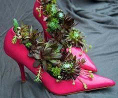 deko-ideen-für-den-garten-rosa-damenschuhe-fettpflanzen