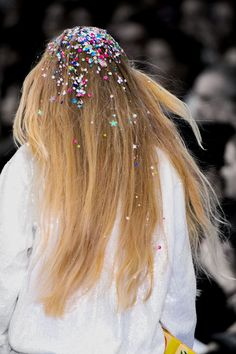 Glitter Bomb, number 4 in our sparkle trend. Ashish Spring 2016 (image with… Catwalk Hair, Runway Hair, Hair Inspo, Hair Inspiration, New Hair, Your Hair, Glitter Roots, Glitter Bomb, Sparkles Glitter
