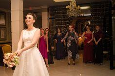 Julieta de Serpa |  foto: Gustavo Otero | Casamento Halina e Jorge | Hora do buque. A noiva vai jogar!!!