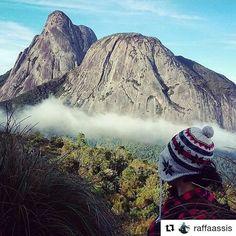 """Durante todo o mês de maio estaremos dando #repost nas belas fotos tiradas em Nova Friburgo em comemoração aos seus 199 anos. Use #friburgotemdetudo e participe! 🎉🎉🎉 . . . . A @raffaassis postou essa foto maravilhosa, contemplando as montanhas, as nuvens, o verde e esse céu azul que só vemos na nossa serra carioca. Parabéns pelo clique! 📸 . . . . """"O céu é meu vizinho  Não tô sozinho... A terra é meu quintal... Navego nesse espaço grandão  E a cada passo que eu dou  É no sentido do…"""