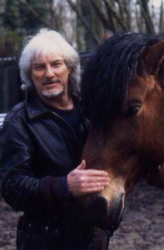 Le chanteur Hugues Aufray est passionné par les chevaux.  * * * * * * * * Hugues Aufray (85 ans), invité de l'émission animée par Sophie Davant sur France 2, « C'est au programme », a raconté quelques anecdotes sur ses amis Renaud et Coluche. Mais il...