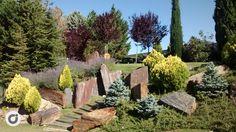 El acceso a la propiedad colinda con una cuidada zona verde.