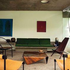 A casa do arquiteto Julio Roberto Katinsky é puro modernismo brasileiro! Como não se encantar pela presença marcante do concreto e dos móveis de madeira? Foto: Ricardo Labougle