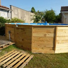 Marcelo created at his home this swimming pool-jacuzzi with some wooden pallets. Simply using the pallets to create the walls of the pool, he only had to place Hot Tub Pergola, Small Pergola, Pergola Attached To House, Pergola Shade, Pergola Patio, Rustic Pergola, White Pergola, Wooden Pergola, Pergola Kits