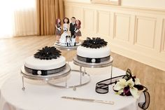 Include the whole family in your wedding cake! Good idea!