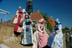 In the old days in Hindeloopen, it used to be easy to see from a number of costume accessories, if a woman was married or not. The colour of the costume indicated whether a woman was in mourning or not.