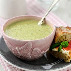 Broccolisoppa med crème fraiche - recept | Mitt kök Creme Fraiche, Eclairs, I Foods, Guacamole, Recipies, Food Porn, Food And Drink, Lunch, Healthy Recipes