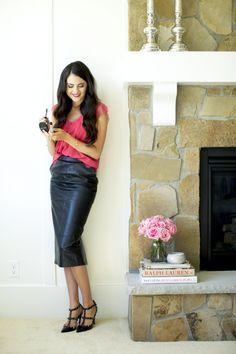 leather-skirt-pink-peonies (1)TENDENCIA DE MODA - 10 MANERAS DE USAR UNA FALDA DE PIEL www.totalmentein.net #leatherskirt #moda #fashion #fashionlooks #blogdemoda #fashionista