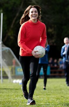 Kate Middleton's in Skinny Jeans and New Balance Sneakers in Ireland – Footwear News Kate Middleton Jeans, Kate Middleton Model, Kate Middleton Wimbledon, Kate Middleton Family, Kate Middleton Pregnant, Kate Middleton Wedding, Kate Middleton Pictures, Kate Middleton Outfits, Princess Kate Middleton