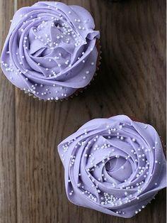 Lilac Roses cupcakes so elegant Cupcakes Lindos, Tolle Cupcakes, Purple Cupcakes, Yummy Cupcakes, Cupcake Cookies, Cupcake Fondant, Valentine Cupcakes, Heart Cupcakes, Food Design