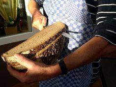 Brotschneiden ohne Maschine. So wurde das einst gemacht.           Ich liebe es wenn ich sehe das ein Brot so wie hier auf dem Bild geschnitten wird, Erinnerung pur!