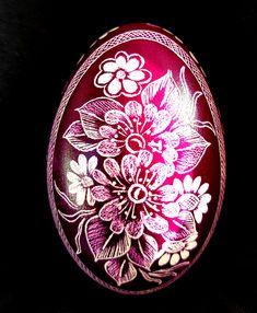 Lila schimmerndes Gänseei Scratch Art, Ukrainian Easter Eggs, About Easter, Egg Art, Egg Decorating, Easter Crafts, Flower Designs, Decorative Plates, Carving