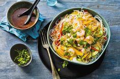 Koude salade van mihoen met mango en garnalen. Met een extra kruidig accent door de chilisaus en koriander - Recept - Allerhande