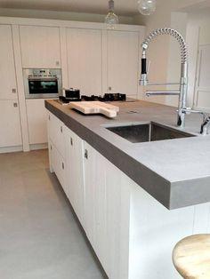Witte houten keuken met kookeiland via RestyleXL #keuken #kookeiland #houtenkeuken