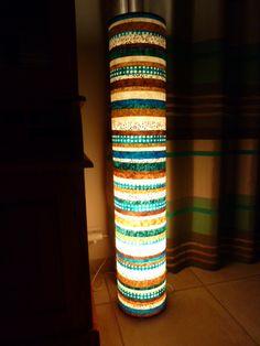 Jolie Lampe tube géante en papier népalais réalisée par Bulles de cerises avec les papiers népalais de l'Atelier Chez Soi.