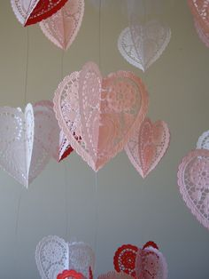 Paper Hearts Chandelier - Do you remember McKenna's mobile and the Fall leaf mobile/wind catcher I made last year? Paper Doily Crafts, Doilies Crafts, Paper Doilies, Diy Crafts, Diy Paper, Valentine Day Love, Valentine Day Crafts, Vintage Valentines, Holiday Crafts