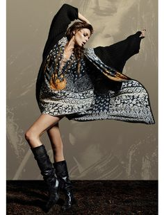 Imagem de http://www.fashionablyorganized.com/wp-content/uploads/2012/08/Camilla-Woodstock-Kozmic-Blue-Dress.jpg.