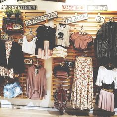 Brandy Melville // visual merchandising // store arrangement. Best shop ever