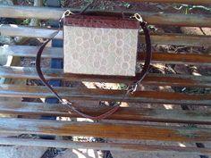 Bolsa bordada à mão no saco de cimento com detalhes de couro ecológico, pode ser usada como sendo bolsa tira colo ou de mão. parte de trás.