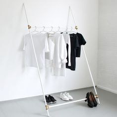 Un portant à vêtement minimaliste